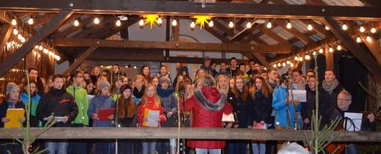Bilder vom Weihnachtssingen auf dem Schwarzenberger Weihnachtsmarkt